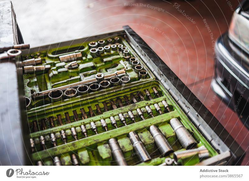 Satz Bohrer im Karton Kasten Meissel bohren Werkzeug Garage Kulisse professionell Fahrzeug fixieren verschiedene Bausatz Dienst Arbeit Verkehr Werkstatt Job