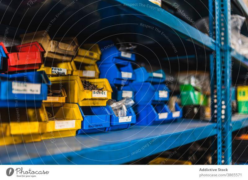 Boxen mit Nägeln und Schrauben Kasten schrauben nageln Regal Garage Lager Stapel Scheitel viele professionell Metall farbenfroh Zeitgenosse fixieren Reparatur