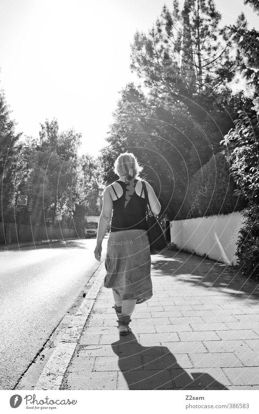 I'm walking Stil feminin Junge Frau Jugendliche 18-30 Jahre Erwachsene Wolkenloser Himmel Sonne Sommer Baum Sträucher Dorf Stadt T-Shirt Rock Tasche Sandale