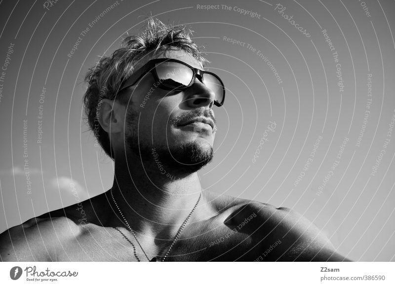 sunny sunday Lifestyle Stil maskulin Junger Mann Jugendliche 18-30 Jahre Erwachsene Sonnenbrille Halskette blond kurzhaarig Denken Erholung genießen Blick