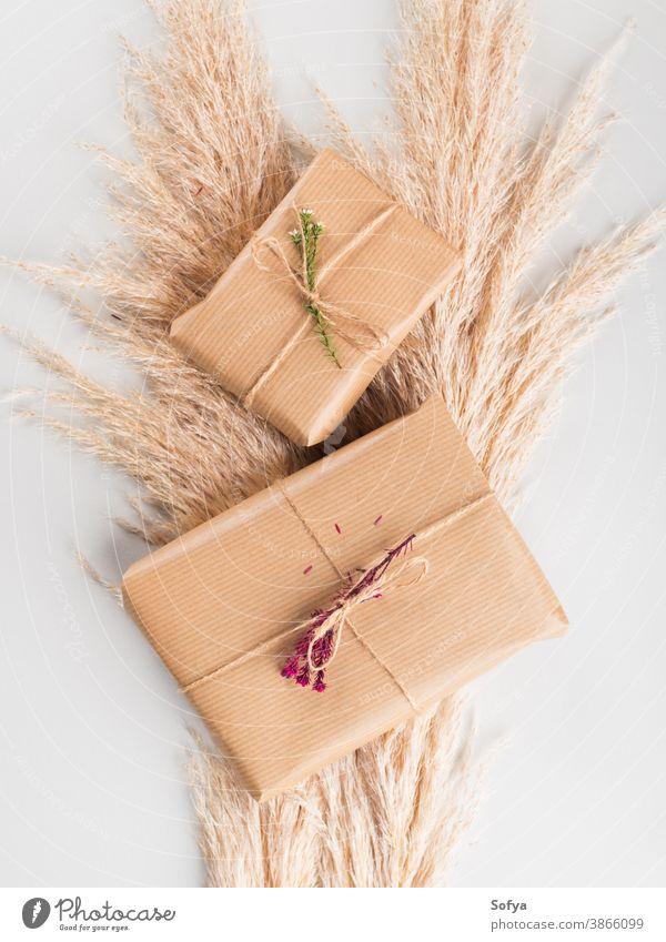 In Bastelpapier eingewickelte Geschenkkartons mit Trockenblumen Herbst Kasten null Geburtstag Weihnachten Hintergrund geben getrocknet Blume Überraschung