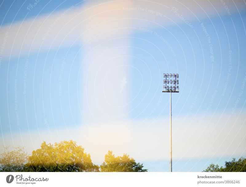 Flutlicht im Fußballstadion Fußballplatz Stadion Blauer Himmel Tor Tornetz Sport Außenaufnahme Sportveranstaltung Spielen Menschenleer Geisterspiele Fußballtor
