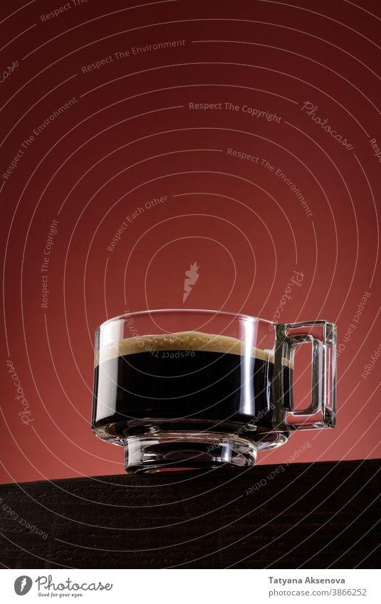 Schwarzer Kaffee in Glastasse Espresso Tasse schwarzer Kaffee Becher trinken Getränk Frühstück dunkel heiß braun Aroma Koffein