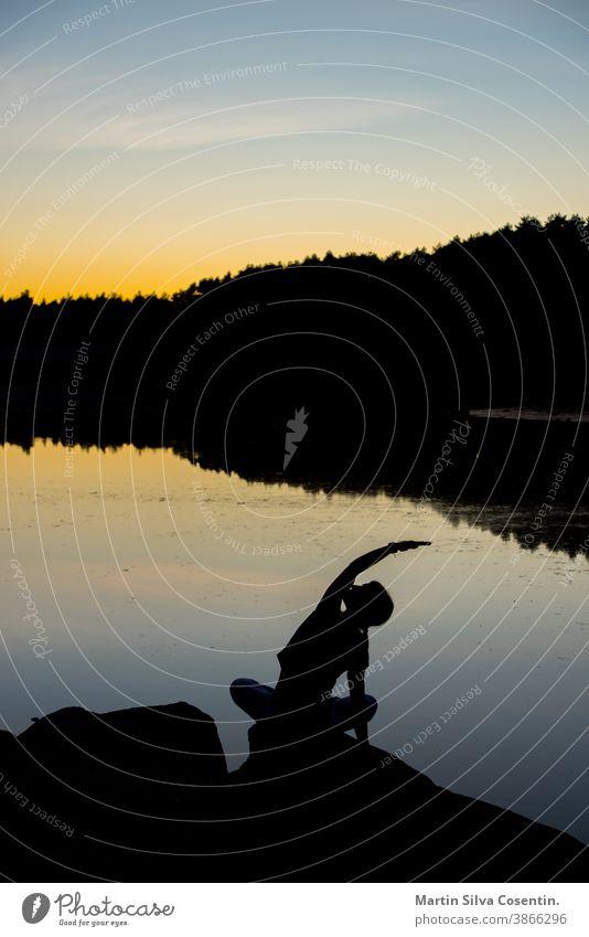 Silhouetten einer Frau, die bei Sonnenuntergang Yoga macht. 2017 85mm aktiv Andorra Gleichgewicht Strand Körper Windstille d750 Übung Mode Fitness Freiheit frío