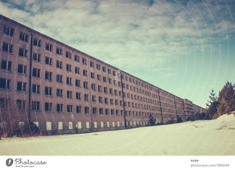 Die Flucht alt Einsamkeit Winter kalt Fenster Architektur Gebäude Fassade trist bedrohlich Unendlichkeit historisch Bauwerk Vergangenheit Verfall Ostsee