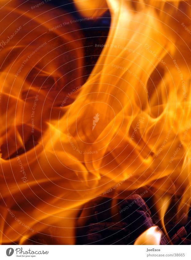 light my fire Feuer Wärme heiß Brand Glut orange Grill flammen Feuerstelle Detailaufnahme