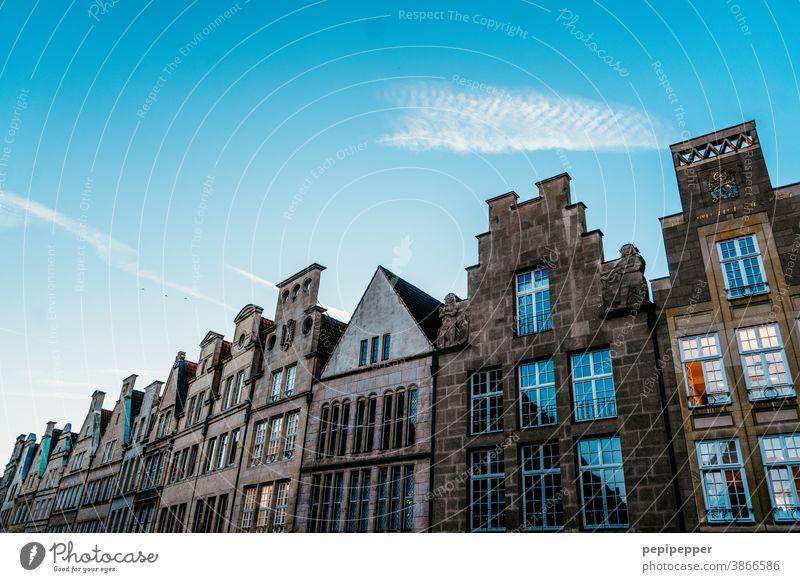 Altstadt Münster Architektur Gebäude Stadt Stadtzentrum Fassade Fenster Außenaufnahme Altbau Bauwerk Menschenleer Vergangenheit Haus Zeit altehrwürdig