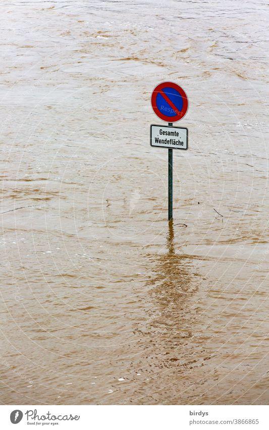 Überschwemmte Straße nach Hochwasser, es schaut nur ein Straßenschild aus den Fluten Überschwemmung Klimawandel Fluss Katastrophe Klimaerwärmung überflutet