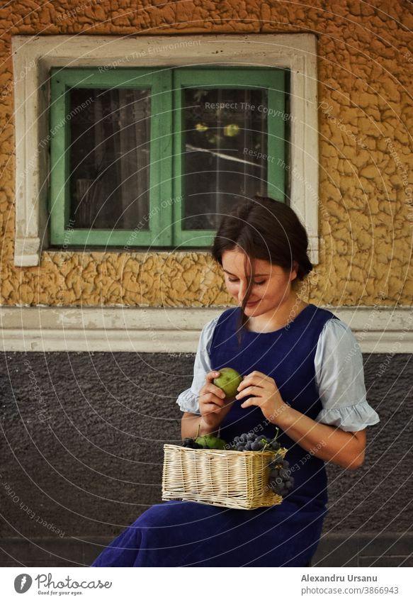Herbstliches Jahrgangsporträt eines Mädchens mit Früchten Porträt Frau altehrwürdig