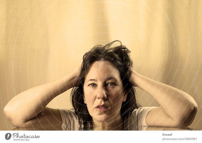 zu Hause und zerzaust Porträt golden schön attraktiv Herrlichkeit Licht brilliant Reife Frau glänzend glühend Menschen romantisch romantische Haltung Hand braun