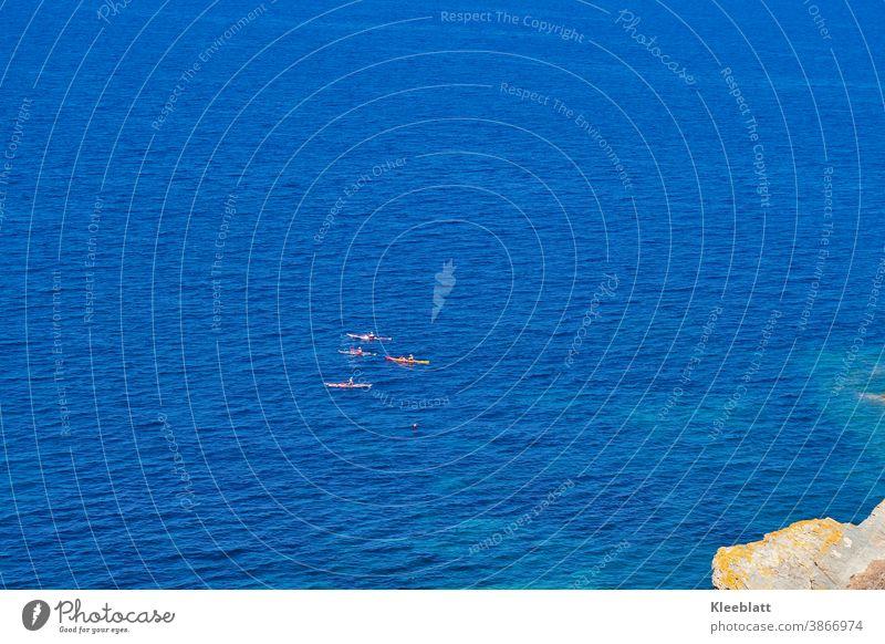 4 KajakfahrerInnen auf dem tiefblauen Mittelmeer an der Küste Sardiniens Meer Außenaufnahme Ferien & Urlaub & Reisen Natur Sport Freizeit & Hobby Kanu Abenteuer
