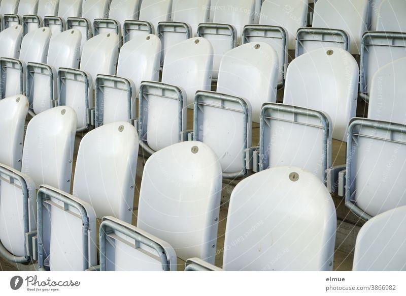 leere Sitzreihen einer Zuschauertribüne / Plastikstühle / Bestuhlung Tribüne Plastikstuhl Sesseltribüne Plastiksitze Zuschauerraum hochgeklappt Sitzgelegenheit