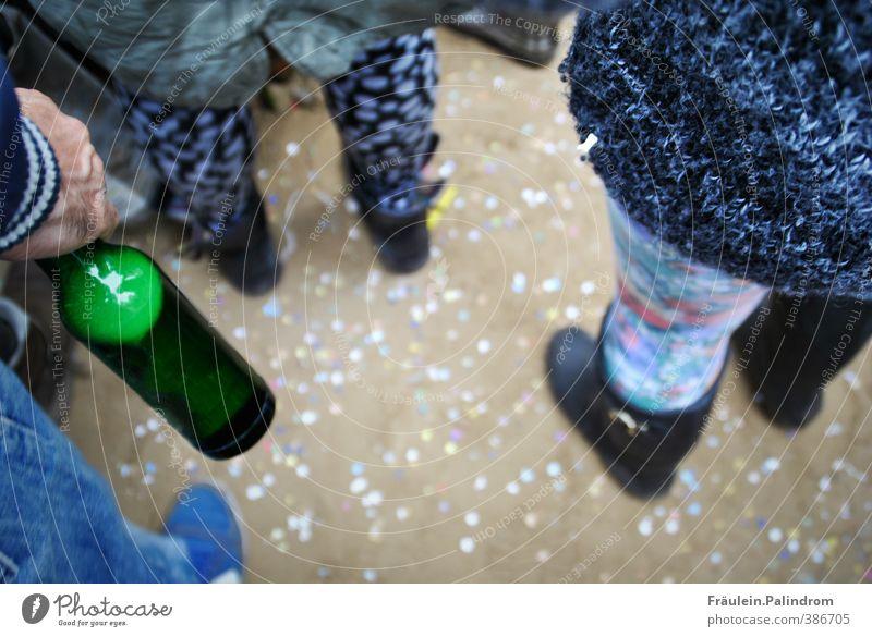 Tanzen unter freiem Himmel. Mensch Jugendliche Sommer Hand Freude Erwachsene 18-30 Jahre Sand Beine Feste & Feiern Party Musik warten trinken festhalten