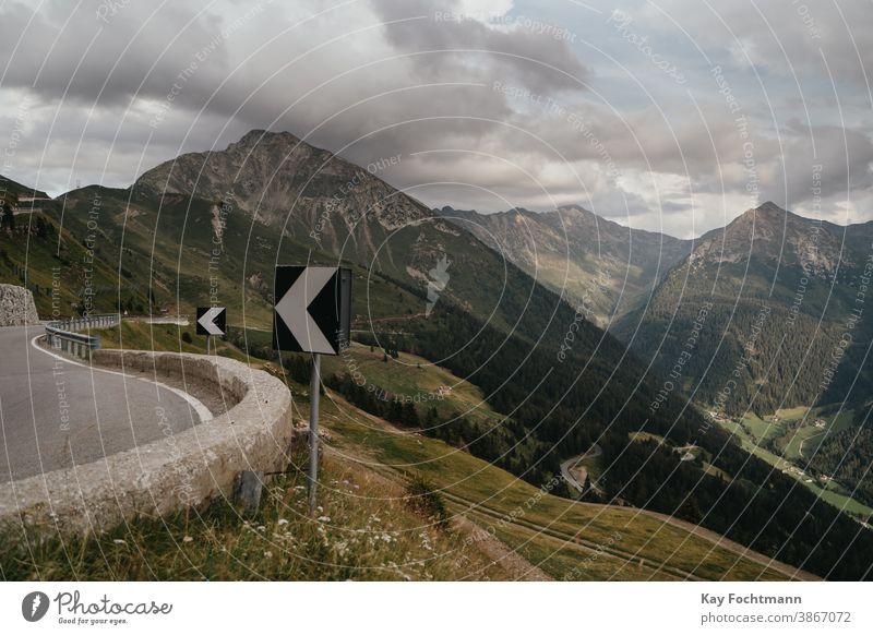 malerische Bergstraße mit Kurvenschildern Alp alpin Alpen Asphalt Österreich PKW Land gekrümmt Tag fahren leer Europa Europäer Autobahn Hügel Feiertag