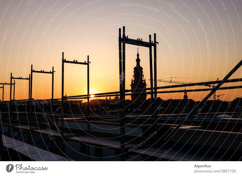 Kunst am Bau | im Rahmen Gerüstbauer Kirche Sonnenuntergang Außenaufnahme Fassade Baustelle Baugerüst Gebäude Menschenleer Farbfoto Dämmerung Himmel Renovieren