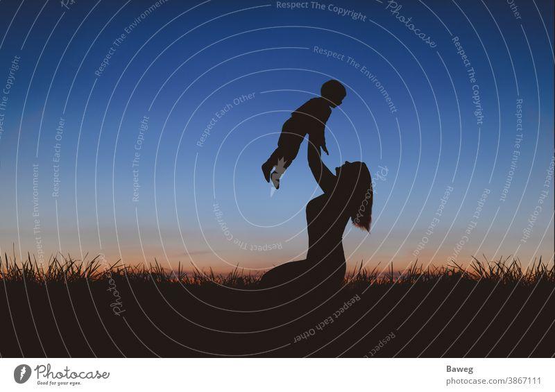Silhouette von Mutter und Sohn bei Sonnenuntergang Silhouetten Auszeit Baum Sonnenaufgang Familie Frau Kind Beziehung Draussen Ehe Entspannung Freizeit Freude