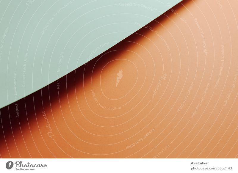 Hellblauer und orangefarbener flacher Minimalhintergrund mit Schatten und Kopierraum zum Ausfüllen mit einer Botschaft verblüht horizontal Schichten Pergament