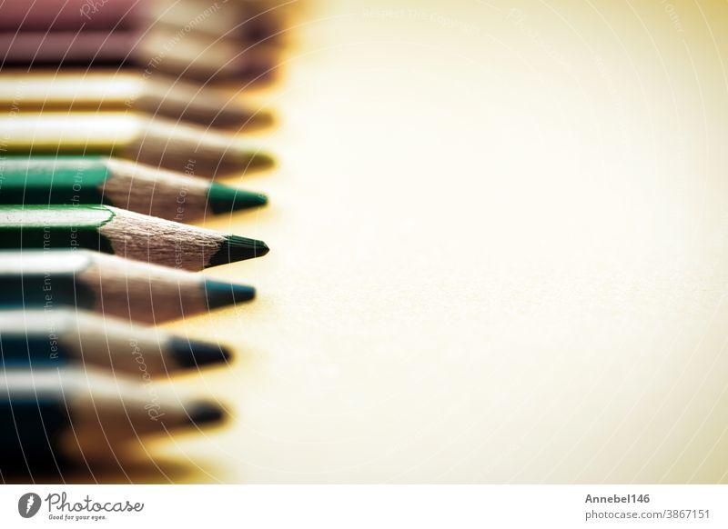 Farbstifte in Farbe in einer Reihe anordnen, Makro Nahaufnahme mit verschwommenem Hintergrund, Regenbogenfarben Vintage-Design farbenfroh Bleistift Kunst