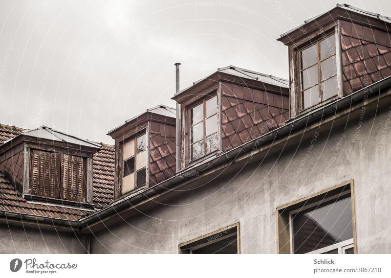 Dachgauben mit Asbestfaserzementplatten eines alten Schulgebäudes marode Holzfenster Fassadenplatten Architektur Fenster Haus Gebäude Wand Außenaufnahme Mauer