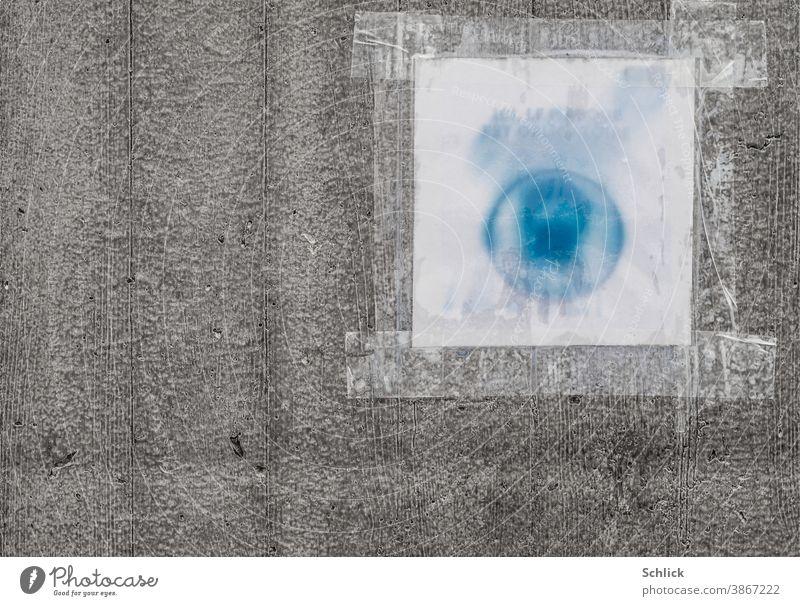 Coronavirus vom Regenwasser aufgeweichter Anschlag mit dem Hinweis hier ist das Tragen einer Maske Pflicht in französischer Sprache an einer Betonwand mit Textfreiraum