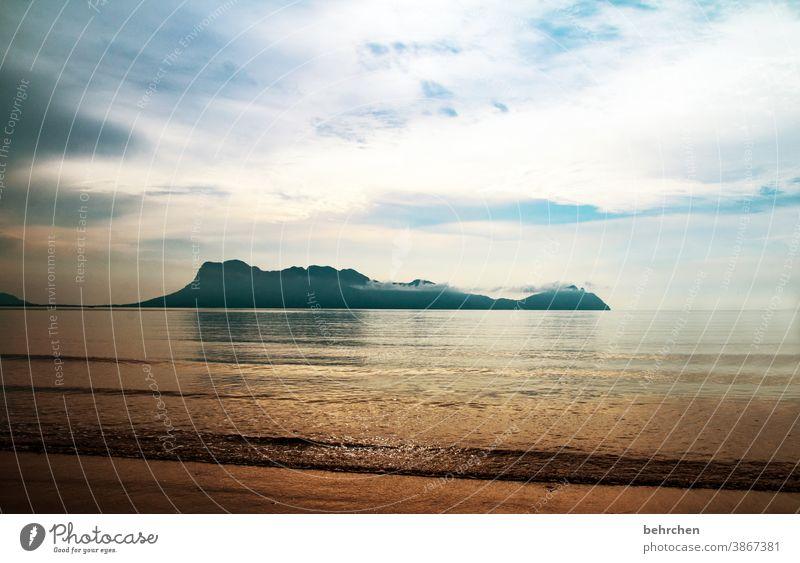 tag am meer borneo Meer Wasser Insel Berge u. Gebirge Sonnenlicht träumen Sonnenaufgang Sarawak Außenaufnahme Romantik Tag Licht romantisch Kontrast Idylle