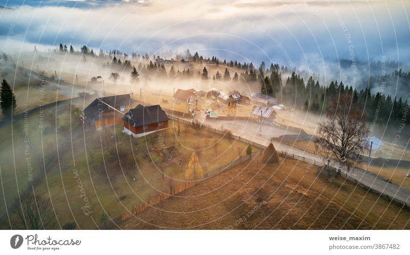 Alpendorf. Ländliche Landschaft im Herbst. Kalter Novembermorgen. Morgennebel im Bergtal. Berge u. Gebirge Nebel Natur Baum Wald reisen im Freien Saison