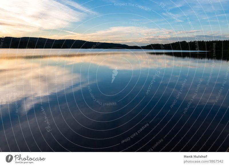Schöner Abendblick zur blauen Stunde über den Safssjon-See Hintergrund schön wunderschöne Landschaft Blaue Stunde Fotografieren Windstille ruhiges Wasser Wolken