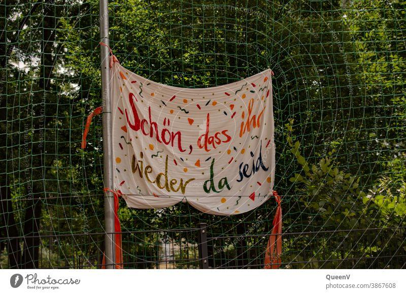 Banner in einer Schule nach dem COVID Lockdown covid-19 Rückkehr zur Schule Kindergarten Quarantäne Quarantänezeit Pandemie Coronavirus Prävention