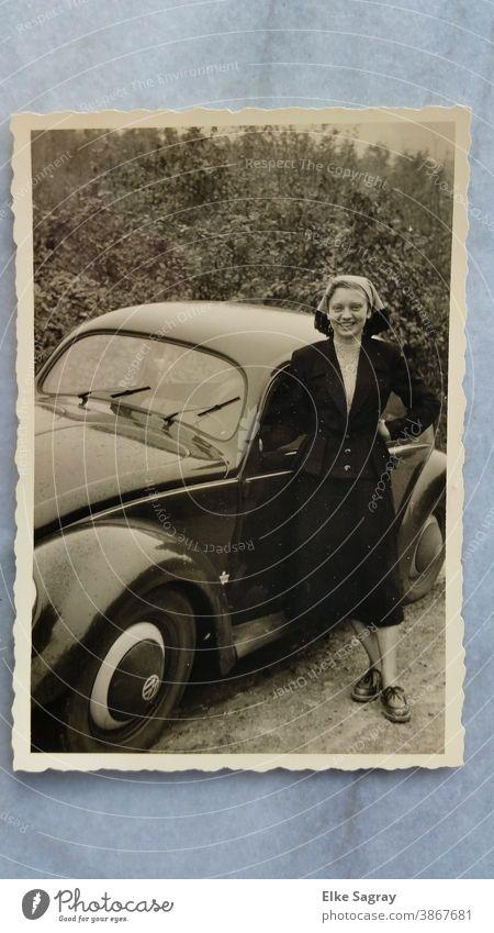 altes Foto Frau mit Auto Außenaufnahme Oldtimer Nostalgie Schwarzweißfoto