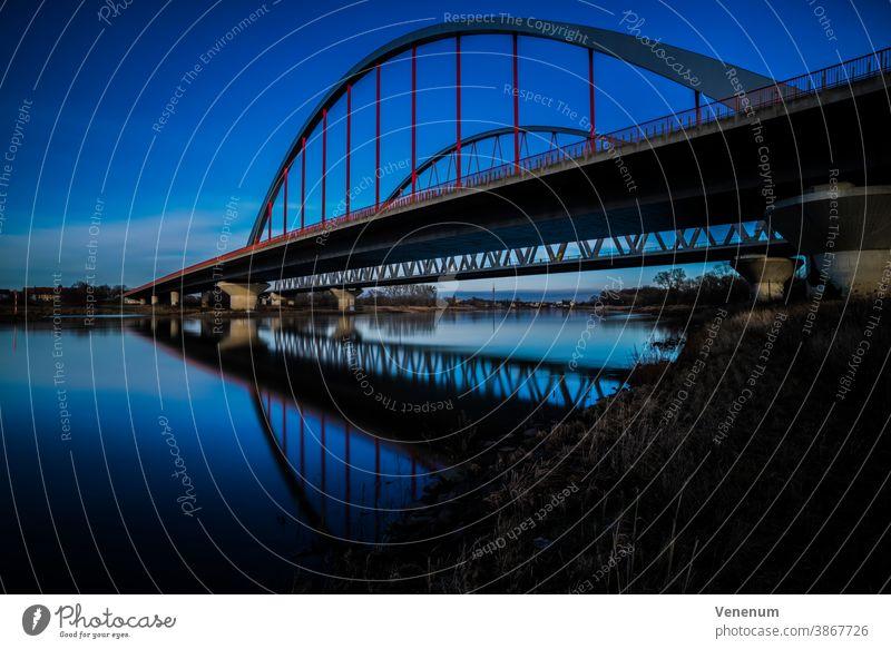 Langzeitbelichtung , Brücke über die Elbe in Lutherstadt-Wittenberg Stahl Eisenbrücke Bogenbrücke Hochstraße Straße Fluss Flüsse Wasser Deutschland farbig