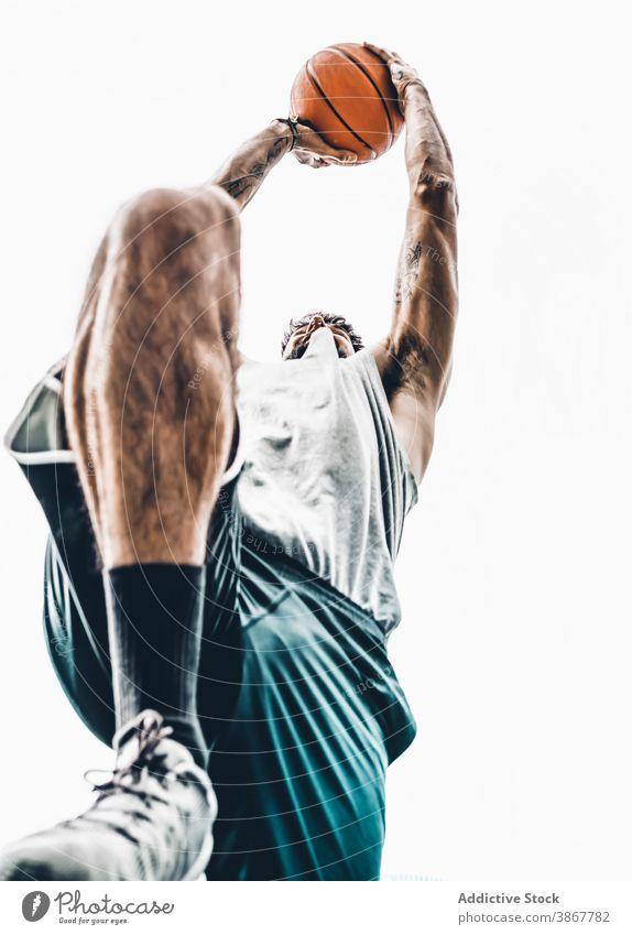 Mann spielt Basketball auf der Straße Reifen Ball werfen schießen spielen Korb Spieler Streetball männlich Sport Aktivität Training Hobby Lifestyle Sportler