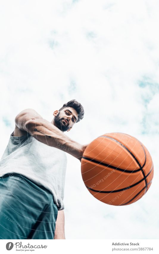Junger Mann spielt Basketball auf der Straße Ball spielen Spieler Streetball Sport üben männlich Aktivität Training Hobby Lifestyle Sportler Übung Erholung