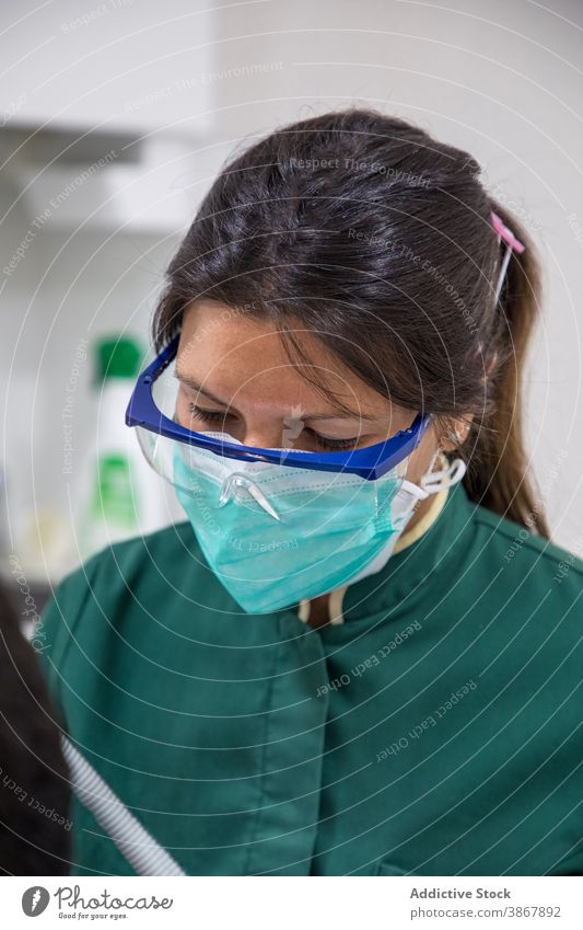 Männlicher Arzt mit Gesichtsmaske und Gesichtsschild behüten Beruf Gesundheitswesen Arbeit Regal schützend Pflege Schutzschild professionell Uniform Mundschutz