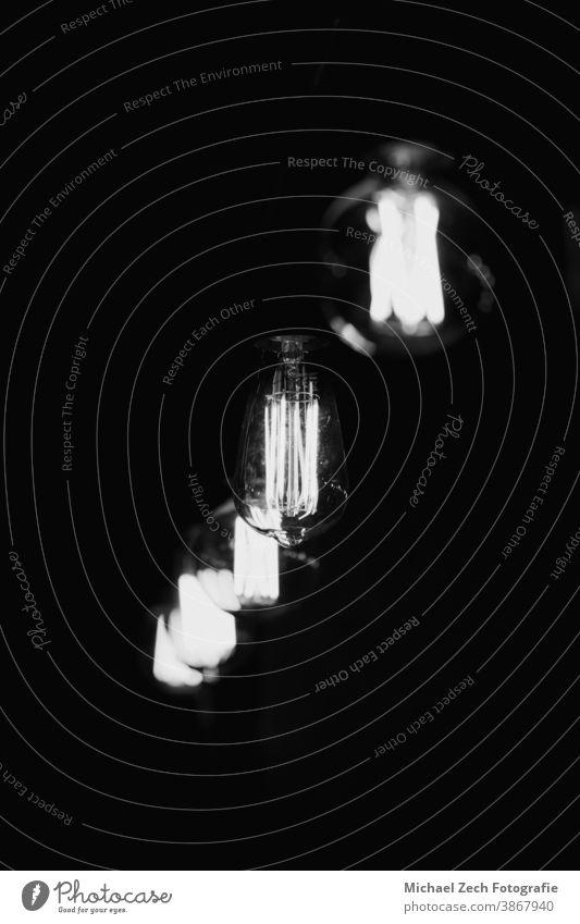 monochromes Foto von alten Lampen in einer Fabrik Monochrom retro altehrwürdig Straße Architektur schließen victorianisch Verlassen nach oben Baustein Container