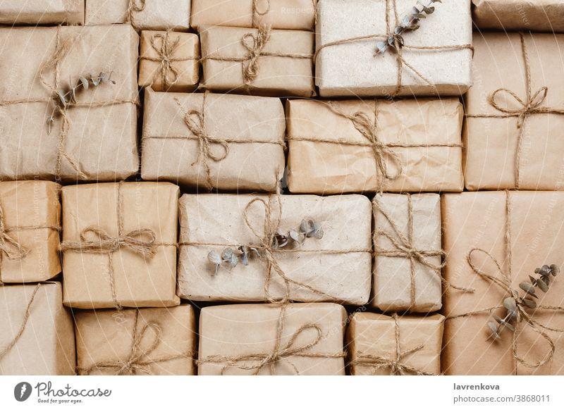 Verschiedene Geschenkschachteln aus umweltfreundlichem Bastelpapier mit Schnüren gestapelt Kisten Haufen Feier Weihnachten Dekoration & Verzierung festlich