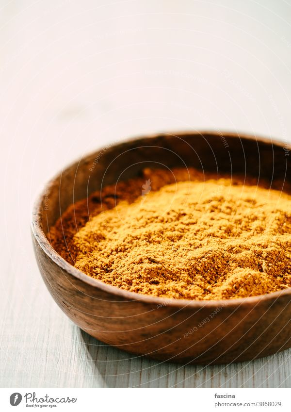 Garam masala im Glasgefäß garam masala Curry mischen Pulver Gewürze weiß hölzern Textfreiraum pakistanische Lebensmittel trocknen Mischung vertikal Inder