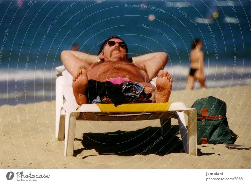 Strandleben Mann Ferien & Urlaub & Reisen Meer Strand Erholung Küste Tourismus Liege genießen Sommerurlaub Sonnenbad Sonnenbrille Tourist Barfuß Single Liegestuhl