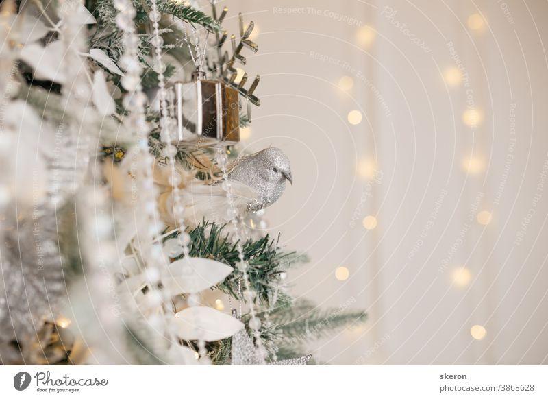 Christbaumschmuck: Glasspielzeug für Weihnachten, flackernde Girlanden. Konzept: ein Beispiel für das Innere eines Wohnzimmers eines Wohnhauses. Bild für Grußkarte oder Poster