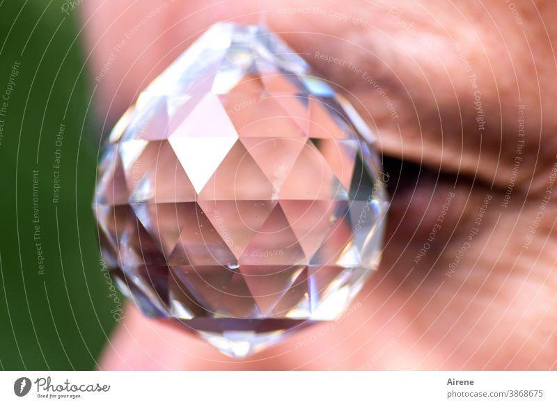 auf der Suche nach Objektivität Kristall Kugel Hypnose Glas wahrsagen Facetten Auge Blick Prophezeiung glänzen Kristallglas optisch Optik sehen beobachten