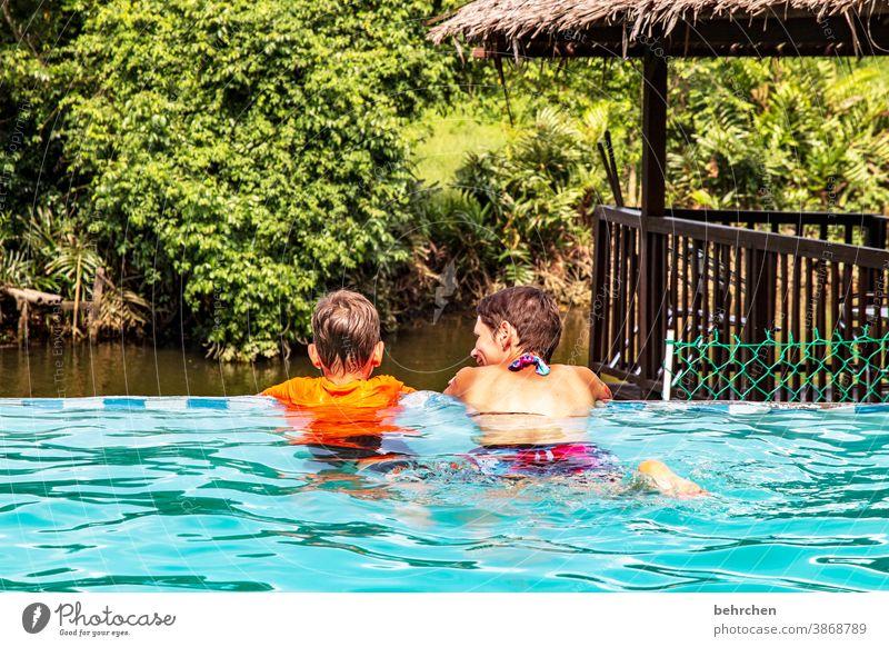 einfach mal treiben lassen Kontrast Licht Tag Außenaufnahme Farbfoto Schwimmbad Freude Sohn Malaysia Liebe Zusammensein Geborgenheit Vertrauen Zufriedenheit