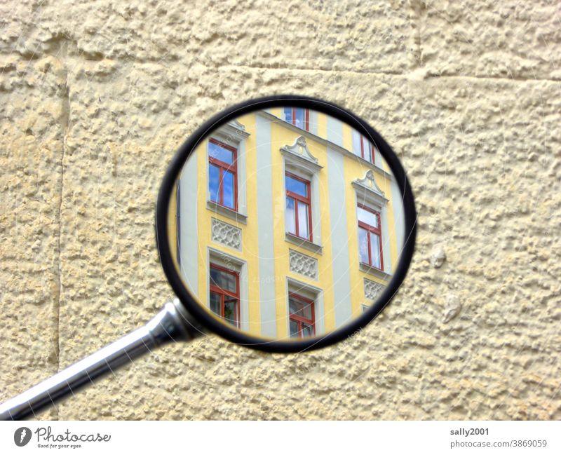 rückblickend... Spiegel Rückspiegel Haus Gebäude Fassade gelb Rückblick beobachten Hauswand Fenster rund bunt Mofa Architektur Wand Außenaufnahme Mauer Stadt