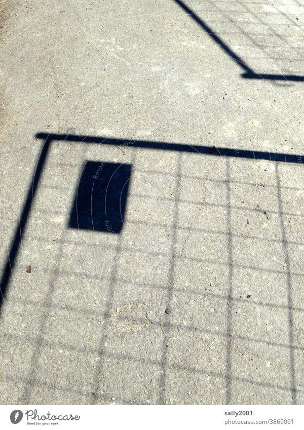 ein Bauzaun wirft seinen Schatten... Schattenwurf Baustelle Barriere Zaun Sicherheit Gitter Schutz Strukturen & Formen Metallzaun Konstruktion