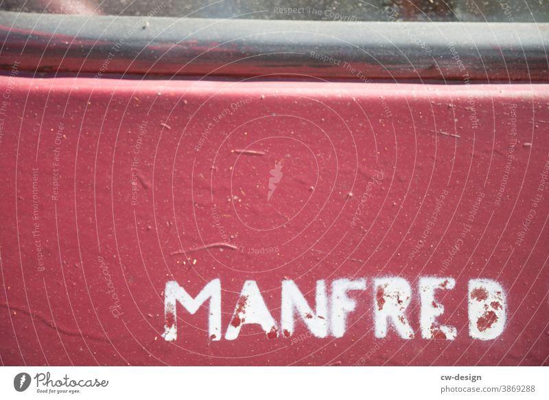 Manfred Erich Albert Wort Name Jungenname Schriftzeichen Buchstaben Typographie Schilder & Markierungen Wand Mauer Fassade Außenaufnahme Farbfoto Menschenleer