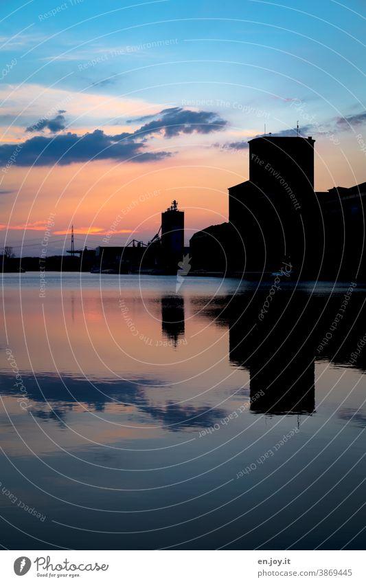 Spiegelung des Himmels im Hafen Becken im Sonnenuntergang Abend Wolken Kontrast Silhouette Wasser Wasseroberfläche Gebäude Rheinhafen Reflexion & Spiegelung
