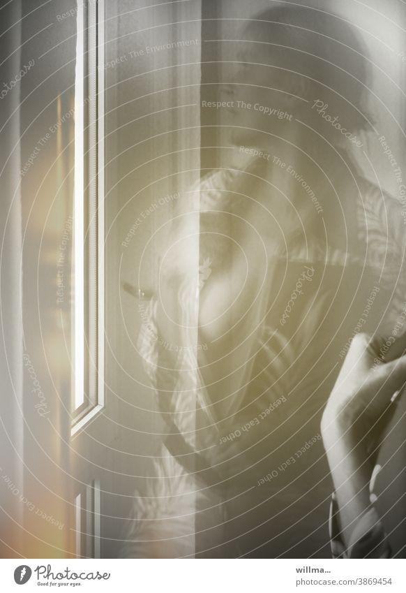 Frau am Fenster Spiegelung erotisch verführerisch Dekolleté Brust freizügig sexy sinnlich unverhüllt oben ohne provokant schlank Körper Dame nackt Versuchung
