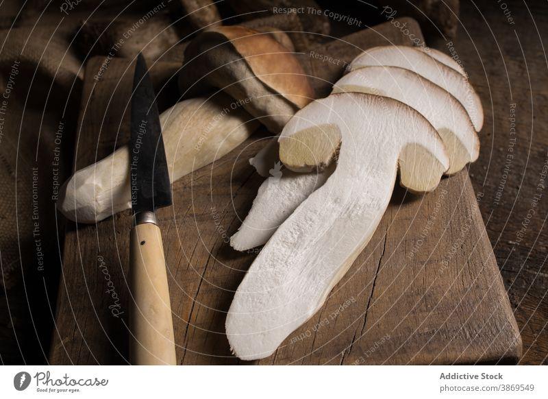 Geschnittene Steinpilze und Messer auf dem Tisch Pilz Steinpilz edulis Maronenröhrling Scheibe geschnitten frisch roh essbar organisch Lebensmittel natürlich