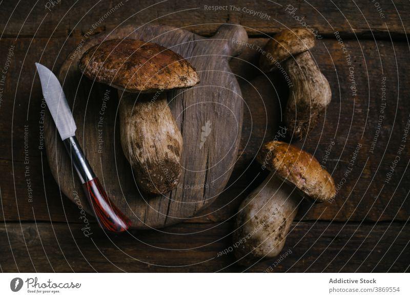 Steinpilze und Messer auf dem Tisch Pilz Steinpilz edulis Maronenröhrling geschnitten frisch roh essbar organisch Lebensmittel natürlich Ernährung rustikal