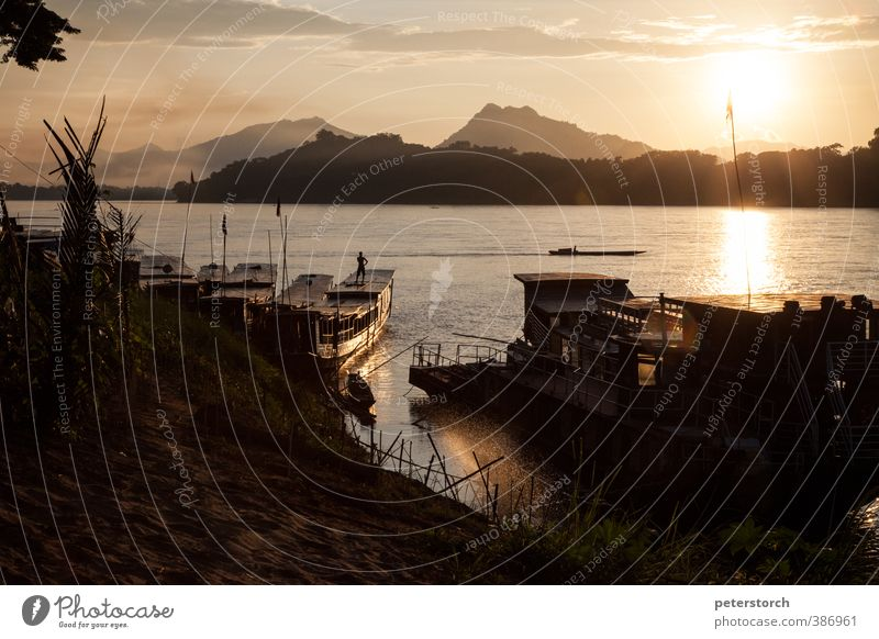 Sonnenuntergang Mensch Himmel Ferien & Urlaub & Reisen Wasser Sonne Farbe Erholung Ferne Wasserfahrzeug Stimmung gold Tourismus ästhetisch Pause einzigartig Romantik