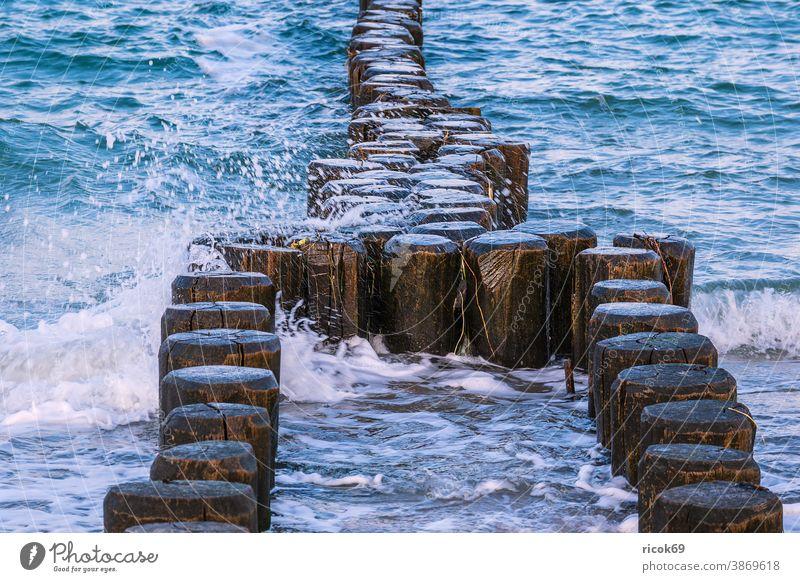 Buhnen an der Küste der Ostsee an einem stürmischen Tag Strand Wellen Wustrow Fischland-Darß Ostseeküste Meer Mecklenburg-Vorpommern Deutschland Natur