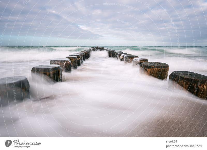 Buhnen an der Küste der Ostsee an einem stürmischen Tag Strand Wellen Ahrenshoop Fischland-Darß Ostseeküste Meer Mecklenburg-Vorpommern Deutschland Himmel